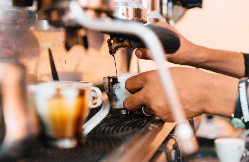 Eine Kaffeemaschine muss regelmäßig entkalkt werden